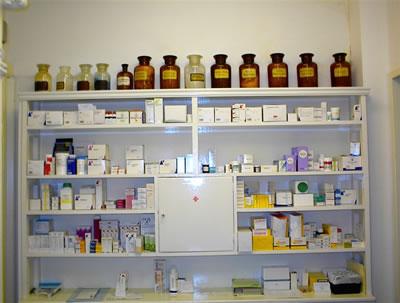 Kijkje oude apotheekkast