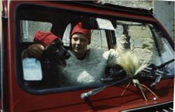 Guusje met Okke in de auto