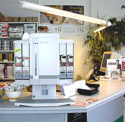Kijkje wachtkamer koffieapparaat