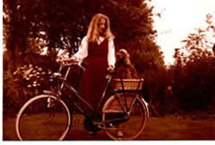 Marian met hond achter op de fiets